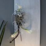 WD76 - Zeitlose Wanddeko! Holzbrett weiß gebeizt, dekoriert mit natürlichen Materialien, einem Vogel, künstlicher Callas! Passend zur Tischdeko! Preis 44,90€ - Größe 30x60cm