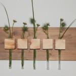 Wandbrett mit Holzwürfeln und integrierten Reagenzgläsern
