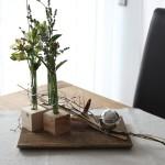 Brett mit Holzwürfeln und integrierten Reagenzgläsern - dekoriert