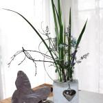 Handgegossene Betonvase mit Reagenzgläsern - dekoriert