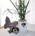 NB1 – Vase aus Beton mit 5 Reagenzgläsern! Dekoriert mit einem Edelstahlherz und Draht! Preis 14,90€