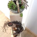 NB4 – Große Holzsäule für Innen und Aussen! Natürlich dekoriert mit einer Edelstahlkugel, Edelstahlhalbkugel mit Teelicht und einer Betonschale bepflanzt mit Sukkulenten! Preis 65€ – Höhe ca 90cm