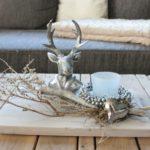 HE73 - Holzbrett weiß gebeizt, dekoriert mit natürlichen Materialien, silberner Miniglockenkranz und einem Teelicht! Kann mir einem Hirsch kombiniert werden! Preis 34,90€ Größe 20x30cm Hirschbüste 9,90€ Höhe ca 18cm