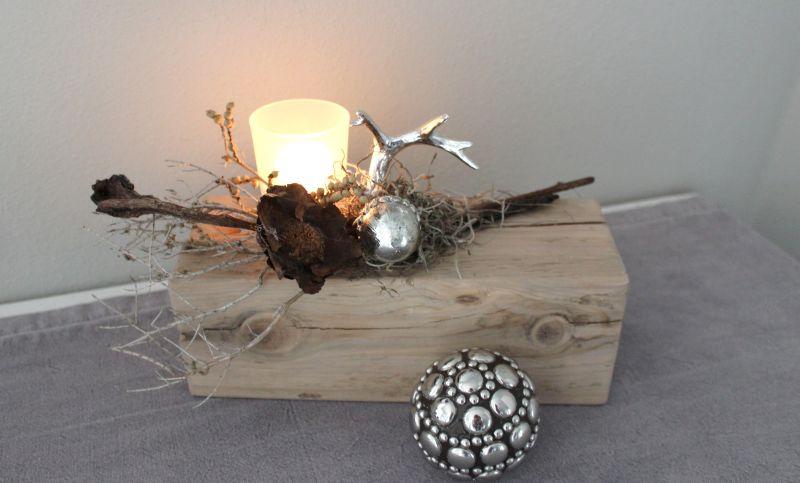 HE76 - Holzblock aus altem Holz, bearbeitet und thermisch behandelt, dekoriert mit natürlichen Materialien, einer kleiner silberfarbenen Eichel, einem silberfarbenen Hirschgeweih und einem Teelichtglas! Preis 44,90€ Breite ca 25cm