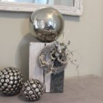 HE77 - Kleine Säule, dekoriert mit einer großen Edelstahlkugel, natürlichen Materialien, einem Filzband und einem kleine Hirschkopf! Preis 54,90€ Höhe 35cm