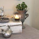 HE78 - Holzblock aus altem Holz, bearbeitet und thermisch behandelt, dekoriert mit natürlichen Materialien, einem Teelichtglas und einem Bami! Preis 44,90€ Breite ca 25cm Erlkönig 8,90€ Metallpokal 12,90€ (ohne Pflanze)