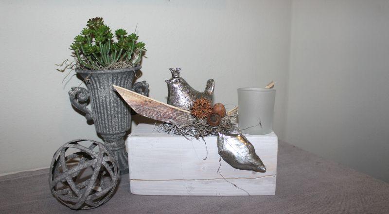 HE83 - Holzblock aus altem Holz, thermisch behandelt, dekoriert mit natürlichen Materialien, einem Erlkönig, einem Teelichtglas und einem Blatt! Preis 44,90€ Breite ca 25cm Metallpokal Preis 12,90€ Kugel 6,90€