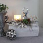 HE85 - Holzblock aus altem Holz, dekoriert mit natürlichen Materialien, einem Teelichtglas und eier Hirschbüste Preis 44,90€ Breite ca 25cm