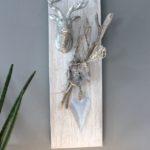 HE87 - Wanddeko aus neuem Holz, weiß gebeizt, dekoriert mit natürlichen Materialien, einem Metallherz und einem Hirschkopf, Preis 54,90€