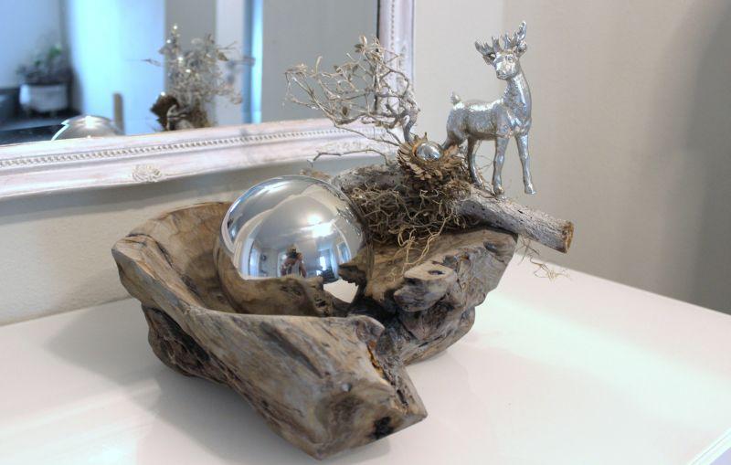 HE103 - Teakholzschale grau gebeizt, dekoriert mit einem Hirschen, Edelstahlkugel und natürlichen Materialien! Preis 54,90€ Preis ohne Deko 24,90€ Breite ca 30cm