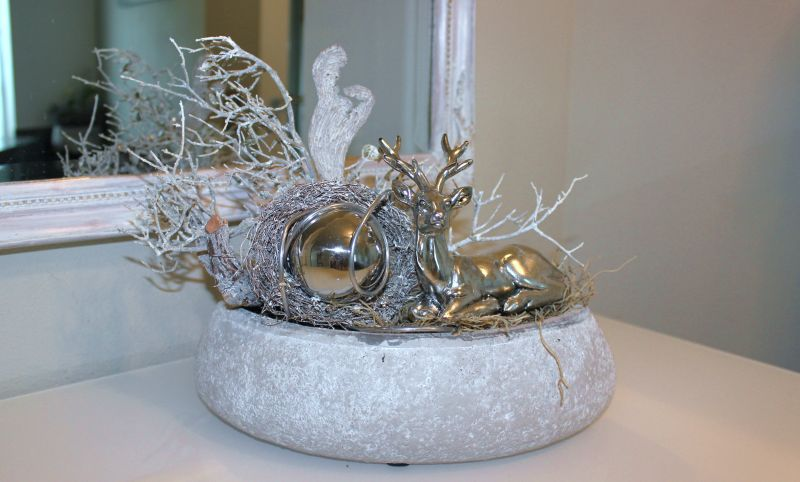HE102 - Betonschale als Tischdeko, dekoriert mit natürlichen Materialien, einer Edelstahlkugel und einem Hirsch! Preis 39,90€ Breite ca. 30cm