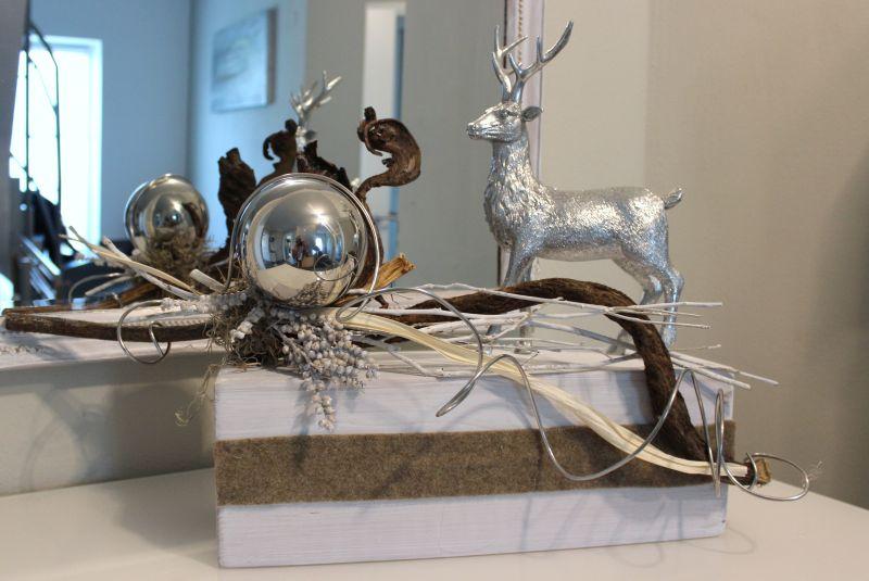 HE100 - Holzblock als Tischdeko, dekoriert mit natürlichen Materialien, Filzband und einer großen Edelstahlkugel! Preis 69,90€ Breite ca. 50cm Hirsch 19,90€ Höhe ca 28cm