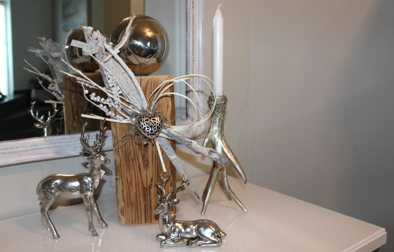 HE99 - Kleine Säule aus altem Holz, dekoriert mit natürlichen Materialien, einem Ornamentherz und Edelstahlkugel! Preis 49,90€ Höhe ca. 40cm Hirsch stehen 14,90€ Höhe ca.23cm
