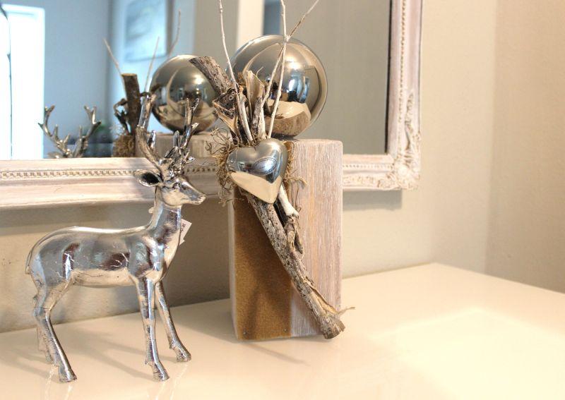 HE98 - Kleine Säule, weiß gebürstet, dekoriert mit natürlichen Materialien, einem Filzband, Edelstahlkugel und einem Edelstahlherz! Preis 39,90€ Höhe ca 30cm Hirsch 14,90 Höhe ca. 22cm