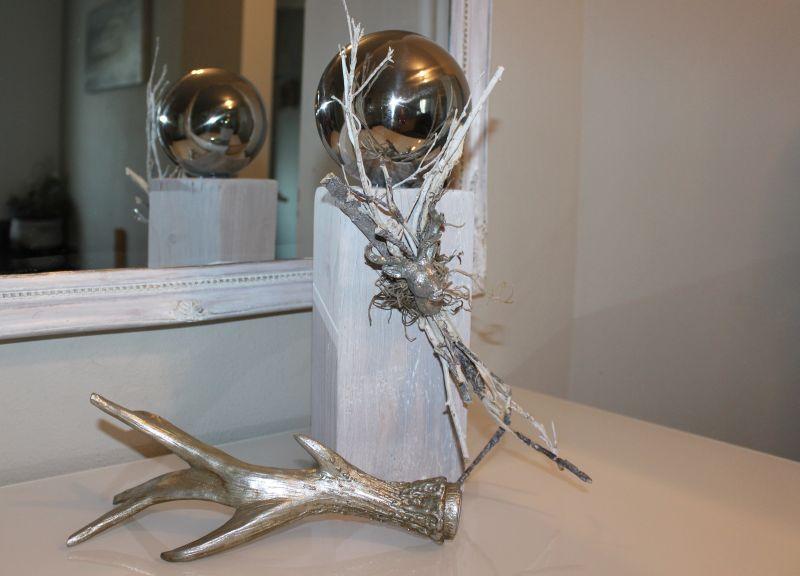 HE96 - Kleine Säule weiß gebeizt, dekoriert mit natürlichen Materialien, kleinen Hirschkopf und Edelstahlkugel! Preis 44,90€ Höhe ca. 35cm