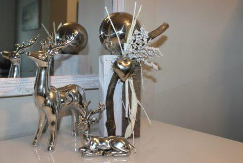 HE95 - Kleine Säule, weiß gebeizt, dekoriert mit natürlichen Materialien, Filzband, Edelstahlherz und Edelstahlkugel! Preis 44,90€ Höhe ca.35cm Hirsch liegend 9,90€