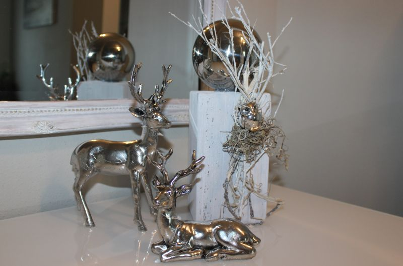 HE94 - Kleine Säule weiß gebeizt,, dekoriert mit natürlichen Materialien, einer Eule und Edelstahlkugel! Preis 39,90€ Höhe ca. 30cm Hirsch stehend 14,90€ Höhe ca.23cm Hirsch liegend 9,90€ Breite ca.13cm
