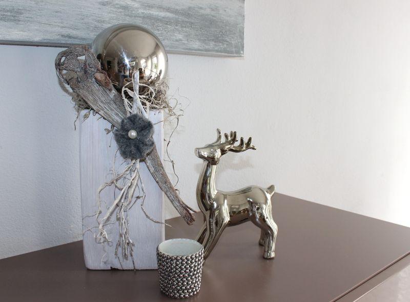 HE67 - Kleine Säule aus altem Holz! Altes Holz behandelt und gebeizt, dekoriert mit einer Edelstahlkugel, einer Filzrosette und natürlichen Materialien! Höhe ca 35cm - Preis 44,90€