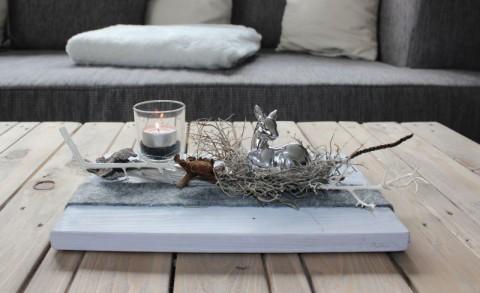 HE66 - Herbstliche Tischdeko! Holzbrett weiß gebeizt, dekoriert mit Filzband, einem Bambi, natürlichen Materialien und einem Teelichtglas! Größe 20x30cm - Preis 44,90€