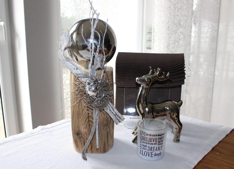 HE63 - Kleine Säule aus altem Holz! Altes Holz behandelt, dekoriert mit einer Edelstahlkugel, einer kleinen Eule und natürlichen Materialien! Höhe ca 35cm - Preis 44,90€
