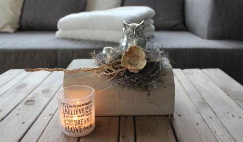 HE54 - Herbstliche Tischdeko! Alter Holzblock, bearbeitet, thermisch behandelt,dekoriert mit natürlichen Materialien, einer kleiner silbernen Eichel und einer Eule! Preis 39,90€ - Teelicht 2,90€ - Breite ca 25cm