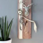 HE59 - Wanddeko aus neuem Holz! Gebeiztes Brett, dekoriert mit natürlichen Materialien, Filzband, Filzrosette und einem kleinen Hirschkopf! Größe 20x60cm - Preis 49,90€