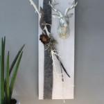HE56 - Wanddeko aus neuem Holz! Weiß gebeiztes Brett, dekoriert mit natürlichen Materialien, Filzband und einem kleinen Hirschkopf! Größe 20x60cm - Preis 49,90€