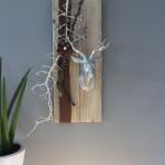HE55 - Wanddeko aus altem Holz! Altes Brett bearbeitet dekoriert mit natürlichen Materialien, Filzband, Filzrosette und einem kleinen Hirschkopf! Größe ca.20x60cm - Preis 59,90€