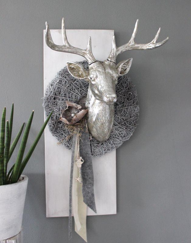 HE107 - Wanddeko aus neuem Holz weiß gebeizt, dekoriert mit natürlichen Materialien, Filzbänder, einem Schlüssel und großen Hirschkopf! Preis 139,90€ Göße 30x80cm Preis Hirschkopf ohne Deko 74,90€ Höhe ca.50cm Breite ca. 45cm