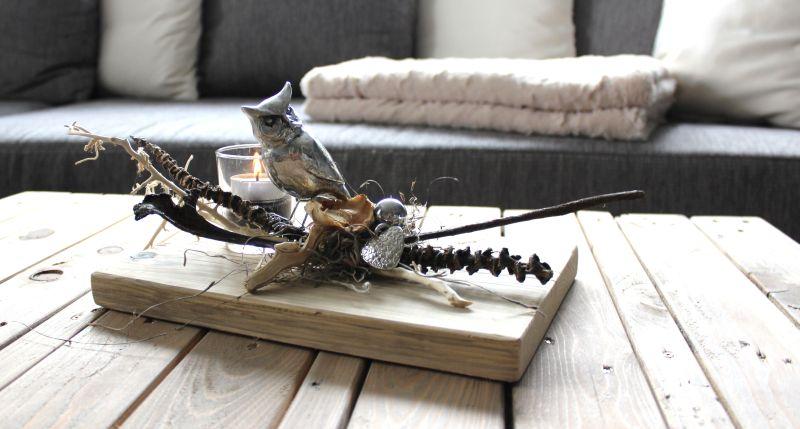 HE68 - Tischdeko aus altem Holz! Altes Holzbrett bearbeitet und thermisch behandelt, dekoriert mit natürlichen Materialien, einer Eule, einem Ornamentherz, einer kleinen Edelstahlkugel und einem Teelichtglas! Preis 49,90€ Größe ca. 20x30cm