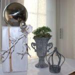 HE72 - Holzsäule weiß gebeizt, dekoriert mit Materialien aus der Natur, einer silberfarbenen Eichel, einem kleinem Hirschgeweih und einer großen Edelstahlkugel! Preis 54,90€ Höhe ca. 45cm Metallpokal 12,90€ (ohne Pflanzen) Höhe 20cm Teelichthalter Krone 9,90€ Höhe ca 15cm