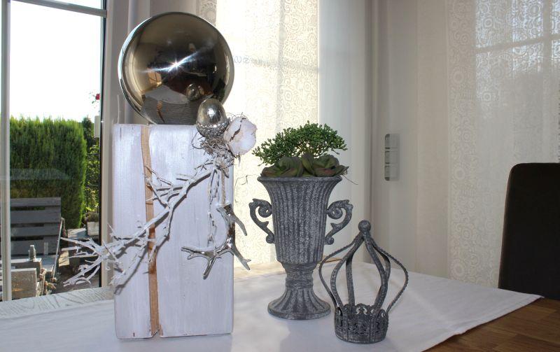 HE72 - Holzsäule weiß gebeizt, dekoriert mit Materialien aus der Natur, einer silberfarbenen Eichel, einem kleinem Hirschgeweih und einer großen Edelstahlkugel! Preis 54,90€ Höhe ca. 45cm