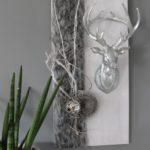 HE87 - Wanddeko aus neuem Holz weiß gebeizt, dekoriert mit natürlichen Materialien, Kunstfellband, einer Edelstahlkugel und großen Hirschkopf - Preis 79,90€ Größe 30x60cm