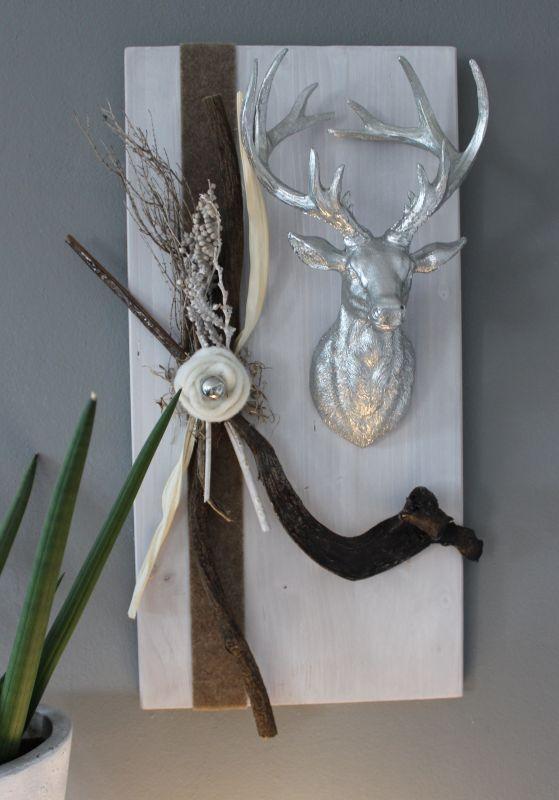 HE88 - Wanddeko aus neuem Holz weiß gebeizt, dekoriert mit natürlichen Materialien, Filzband, einer Filzrosette mit kleiner Edelstahlkugel und großen Hirschkopf Preis 74,90€ Größe 30x60cm