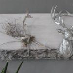 HE89 - Wanddeko aus neuem Holz weiß gebeizt, dekoriert mit natürlichen Materialien, Kunstfellband, einem Edelstahlherz und großen Hirschkopf Preis 74,90€ Größe 30x50cm