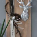 HE90 - Wanddeko aus neuem Holz eichefarbig gebeizt, dekoriert mit natürlichen Materialien, Filzbänder, einer silberfarbigen Eichel und großen Hirschkopf Preis 74,90€ Größe 30x60cm