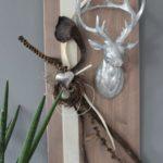 HE91 - Wanddeko aus neuem Holz cappuchinofarbig gebeizt, dekoriert mit natürlichen Materialien, Filzband, einem Edelstahlherz und großen Hirschkopf Preis 74,90€ Größe 30x60cm