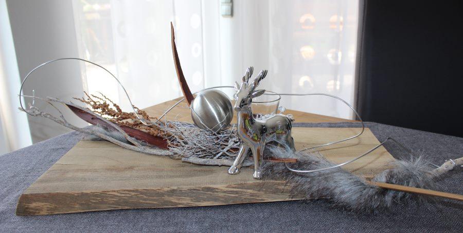 HE3 – Altes Brett natürlich dekoriert mit einem Hirschen, Kunstfell, einer Edelstahlkugel und Teelichtglas!Preis 54,90€