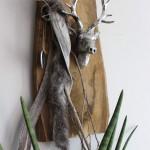 HE8 – Altes Brett natürlich dekoriert mit einem Hirschkopf, Kunstfell und einem Herz!Preis 59,90€