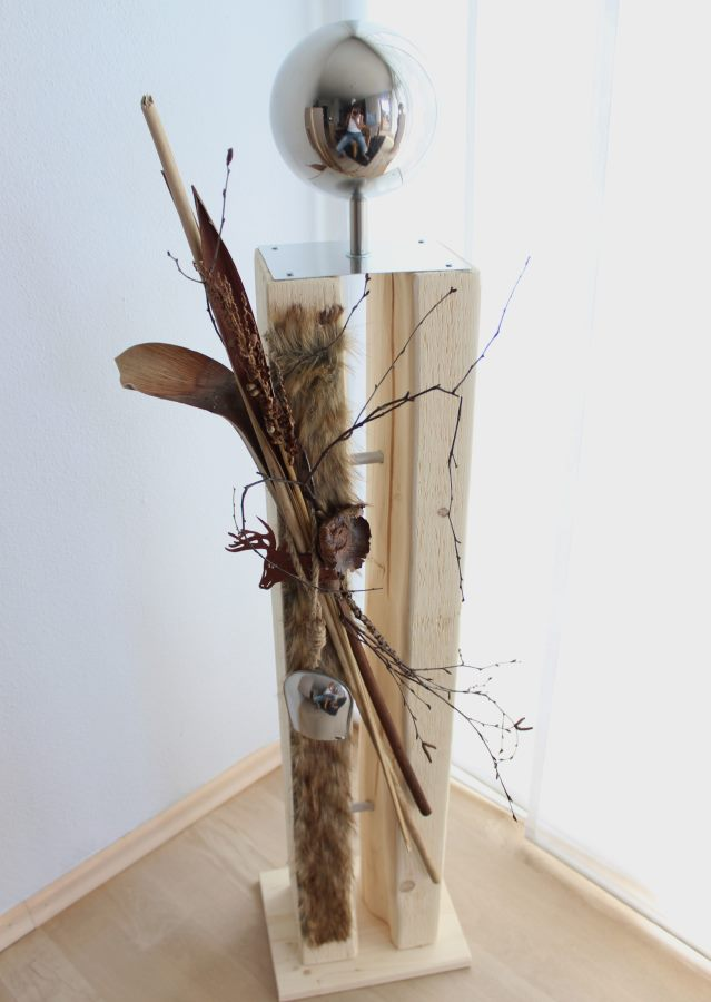 HE10 – Große Dekosäule für Innen und Aussen!Holzsäule gespalten, natürlich dekoriert mit einer großen Edelstahlkugel, Kunstfell, Filzhirsch und einer Kuhglocke! Preis 119,90€
