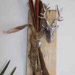 HE31 – Wanddeko aus altem Holz! Altes Holzbrett exotisch dekoriert mit einem Kunstfell und Hirschen! Preis 59,90€