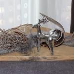 HE33 – Tischdeko aus altem Holz! Altes Holzbrett natürlich dekoriert mit Kokosblatt, Edelstahlkugel, Teelichtglas, Kunstfell und Reh! Preis 49,90€
