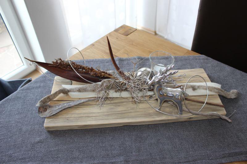 HE35 – Tischdeko aus altem Holz! Altes Holzbrett natürlich dekoriert mit einem Reh, Teelichtglas, Kokosblatt, Edelstahlkugel und Filzbänder! Preis 49,90€