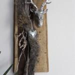 HE36 – Wanddeko aus altem Holzbrett! Altes Holzbrett, natürlich dekoriert mit Filz-Kunstfellband, Herz und einem Hirschkopf! Preis 59,90€