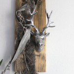 HE37 – Wanddeko aus altem Holz! Altes Holzbrett natürlich dekoriert mit einem Kunstfell und Hirschkopf! Preis 59,90€