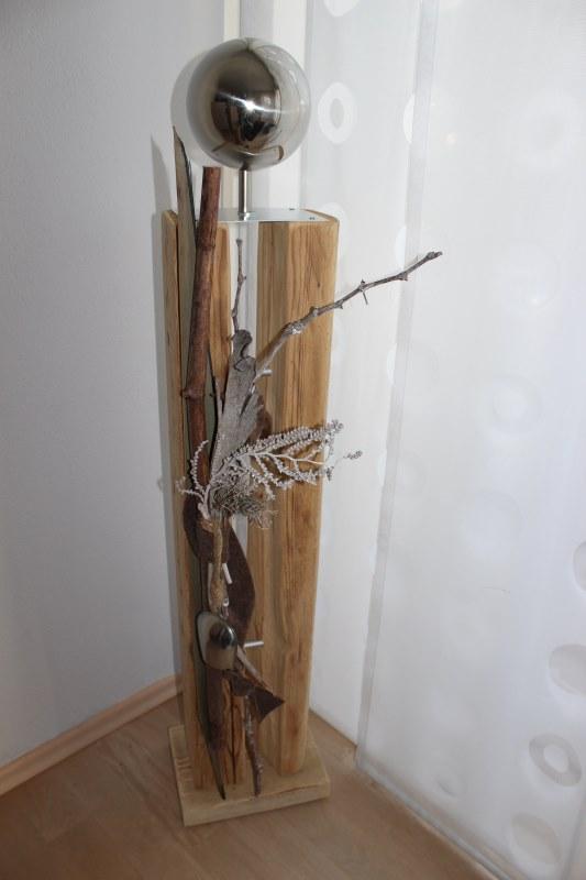 HE39 – Große exclusive Dekosäule! Gespaltene Holzsäule, natürlich dekoriert mit einer Kuhglocke und Edelstahlkugel! Preis 149,90€