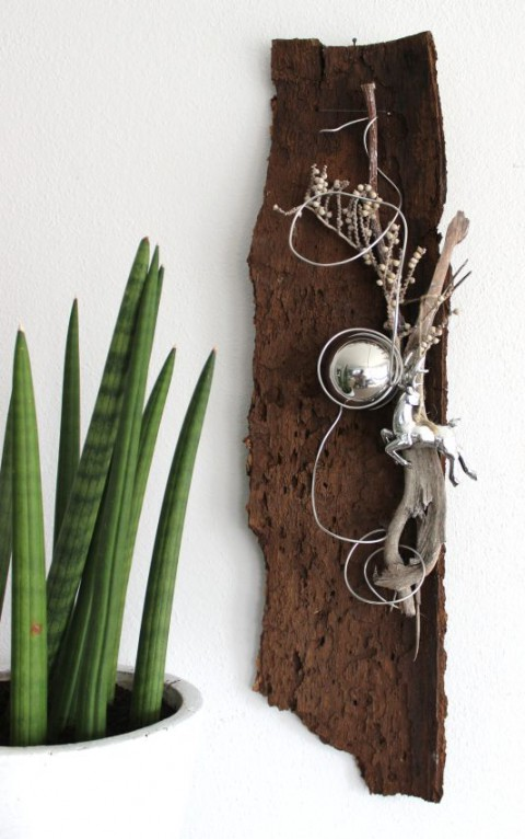 HE42 – Baumrinde als Wanddeko! Natürlich dekoriert mit einer Edelstahlkugel, natürlichen Materialien und einem Hirschen! Preis 19,90€