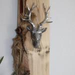 HE32 – Wanddeko aus altem Holz! Altes Holzbrett exotisch dekoriert mit einem Kunstfell und Hirschen! Preis 59,90€