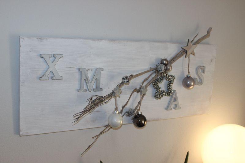 AW66 - Edle Weihnachtswanddeko! Holzbrett weiß gebeizt,natürlich dekoriert mit einem Rebenast, Sternen, Holzsternen, Kugeln und XMAS- Schriftzug! Preis 44,90€ - Größe 30x80cm