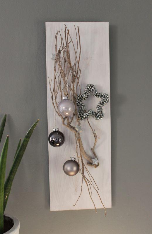 AW79 - Weihnachtliche Wanddeko! Holzbrett, weiß gebeizt, dekoriert mit einem Rebenast, kleine Holzsterne, Kugeln und einem Miniglockenstern! Preis 39,90€ Größe 20x60